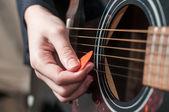 Vrouwelijke hand akoestische guitar.guitar spelen spelen — Stockfoto