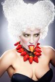 Sexy mädchen mit erdbeere halskette — Stockfoto