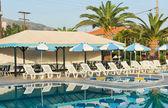 Bazén s lehátky v greece.empty bílé lehátka u bazénu na moderní resort.swimming v hotel.swimming fondu v malém hotelu s atrapami. — Stock fotografie