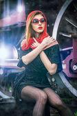 Sexy chica atractiva esperando para aterrizar en la plataforma en la mujer train.vintage vintage en veinte años esperando la mujer estilo train.retro con la maleta en el andén esperando tren estilo — Foto de Stock