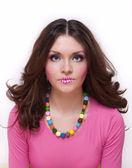 Hübsches mädchen mit farbigen lippen und perlen — Stockfoto
