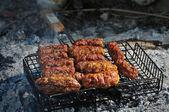 Churrasco com carne na grelha do metal, close-up — Foto Stock