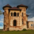 Old abandoned haunted house and sky in Transylvania with clouds. Abandoned mansion in ruins — Stock Photo