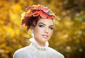 Autumn Woman. Beautiful creative makeup and hair style in outdoor shoot .Beauty Fashion Model Girl with Autumnal Make up and Hair style. Fall. Creative Autumn Makeup. Beautiful fashionable girl. — Stock Photo