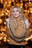 Módní lady nosit zimní outdoorový kabát, čepice a šála. portrét mladé krásné ženy v zimě stylu. jasný obrázek o krásná blondýnka s tvoří — Stock fotografie