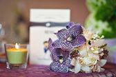 Bröllop dekorationer med ljus. blomsterarrangemang på bröllop ceremoni detalj. elegant bröllop arrangemang med blommor, ljus och kort — Stockfoto