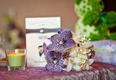 Wedding decorations with candle. Floral arrangements on wedding ceremony detail. Elegant wedding arrangement with flowers, candle and card — Stock Photo