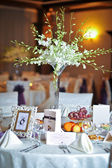 Wedding decorations with fruits, flowers and card. Elegant arrangements on wedding restaurant table. Floral arrangements and decorations — Stock Photo