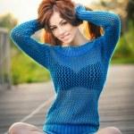 Mavi bluz açık atış esmer genç kadının portresi. güzel poz parkta uzun saçlı güzel bir kız. parlak mavi yolda oturup Park eğlenmek güzel kadın — Stok fotoğraf #42262399