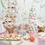 décoration de mariage avec pastel coloré cupcakes, meringues, muffins et macarons. arrangement d'événement élégant et luxueux avec des macarons colorés. dessert de mariage avec macarons — Photo #50537777