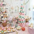 Wedding decoration with pastel colored cupcakes, meringues, muffins and macarons. Elegant and luxurious event arrangement with colorful macaroons. Wedding dessert with macaroons — Foto de Stock