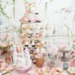 decoración de la boda con pastel color merengues, magdalenas, cupcakes y macarons. arreglo elegante y lujoso evento con coloridos macarons. postre de boda con macarrones — Foto de Stock   #50537821