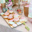 Wedding decoration with pastel colored cupcakes, meringues, muffins and macarons. Elegant and luxurious event arrangement with colorful macaroons. Wedding dessert with macaroons — Photo