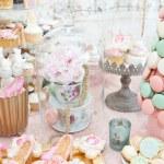 décoration de mariage avec pastel coloré cupcakes, meringues, muffins et macarons. arrangement d'événement élégant et luxueux avec des macarons colorés. dessert de mariage avec macarons — Photo #50537873