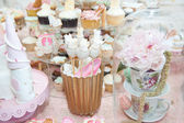 Wedding decoration with pastel colored cupcakes, meringues, muffins and macarons. Elegant and luxurious event arrangement with colorful macaroons. Wedding dessert with macaroons — Foto Stock