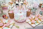 Decoração de casamento com cupcakes de pastel, merengues, bolos e macarons. arranjo evento elegante e luxuoso com macarons coloridos. sobremesa de casamento com macaroons — Foto Stock