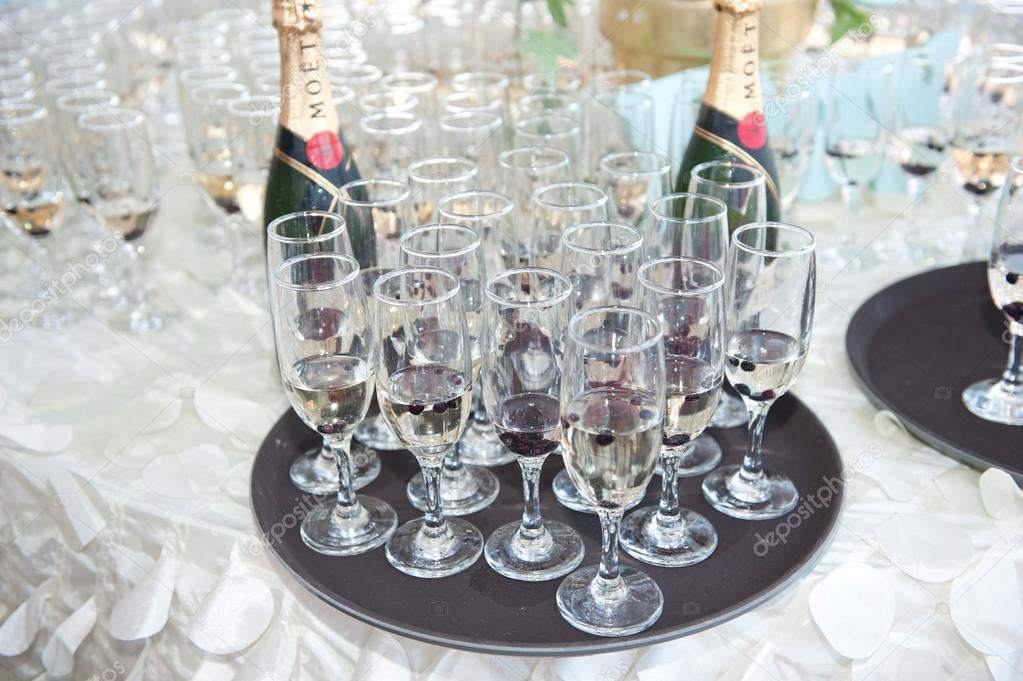 Wedding decor wine glasses and champagne flutes on table - Deco table campagne ...