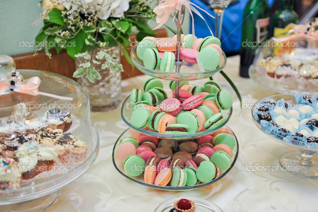 Hochzeitsdekoration mit Pastell gefärbt Muffins, Meringues, Muffins ...