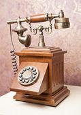 Oude houten telefoon. vintage houten telefoon op witte tafel. retro telefoon. — Stockfoto