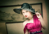 Charming blonde woman with black hat, retro image. Young beautiful fair hair female posing vintage. Mysterious lady with movie star look. Attractive fashionable girl looking as an American actress — Photo