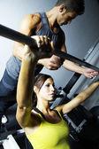 Persoonlijke trainer spotten een vrouw Gewichtheffen — Stockfoto