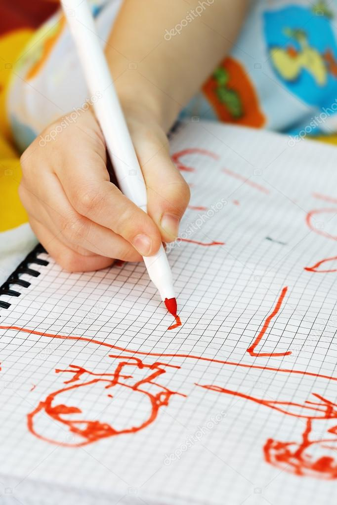 The kids hand draws felt-tip pens — Stock Photo #13155613