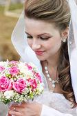 красота невесты с свадебный букет — Стоковое фото