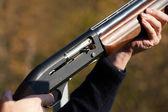 Arma en las manos — Foto de Stock