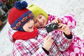 两个有趣的小女孩,用相机 — Stock fotografie