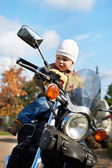 Little boy sits on motorcycle — Stock fotografie