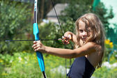 Girl shoots a bow — Stock Photo
