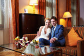 Glückliche Braut und Bräutigam im Innern von Hotelzimmer — Stockfoto