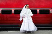 Krásu nevěsty na pozadí červené limuzíně auto — Stock fotografie