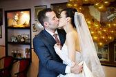 Beso de boda romántica — Foto de Stock