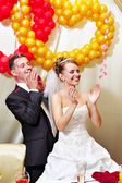 Bride and groom applauding — Stock Photo