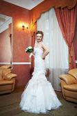 Szczęśliwa panna młoda piękna w pałacu wnętrza ślub — Zdjęcie stockowe