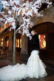 Sposa bellezza vicino albero artificiale nel grande negozio — Foto Stock
