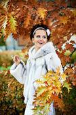 Style happy bride in autumn park — Stock Photo