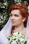 Fiori e bella sposa — Foto Stock
