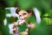 Szczęśliwa panna młoda z różowe piwonie bukiet ślubny — Zdjęcie stockowe