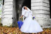 Linda noiva com guarda-chuva — Fotografia Stock