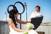 Nevěsta a ženich na bronzové lavičky — Stock fotografie