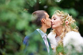 Romantic kiss bride and groom — Foto Stock