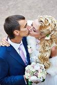 Lo sposo e la sposa felice bacio romantico — Foto Stock