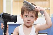 Malý chlapec s hřeben a fén — Stock fotografie
