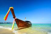 Barco tradicional en la playa es uno de los principal atractivo turístico de tailandia — Foto de Stock