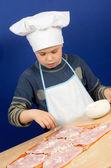 6 pizza malzemeleri koyarak çocuk — Stok fotoğraf