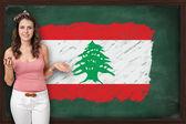 上张显示黎巴嫩国旗的美丽和微笑的女人 — 图库照片