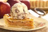 Appeltaart met vanille chocolade-ijs — Stockfoto
