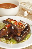Fried Eggplants with Spicy Chili Gravy and Iceberg Lettuce — Stock Photo